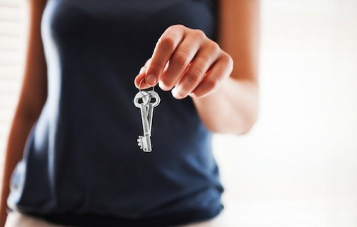 main avec une clé