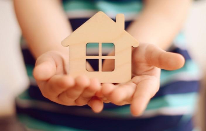 mains avec une maison